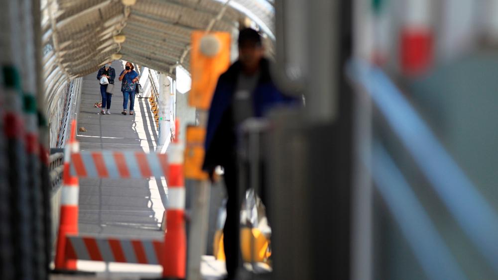 Cruce entre México y EE.UU. se dificulta y reduce por el COVID-19 - Foto de EFE