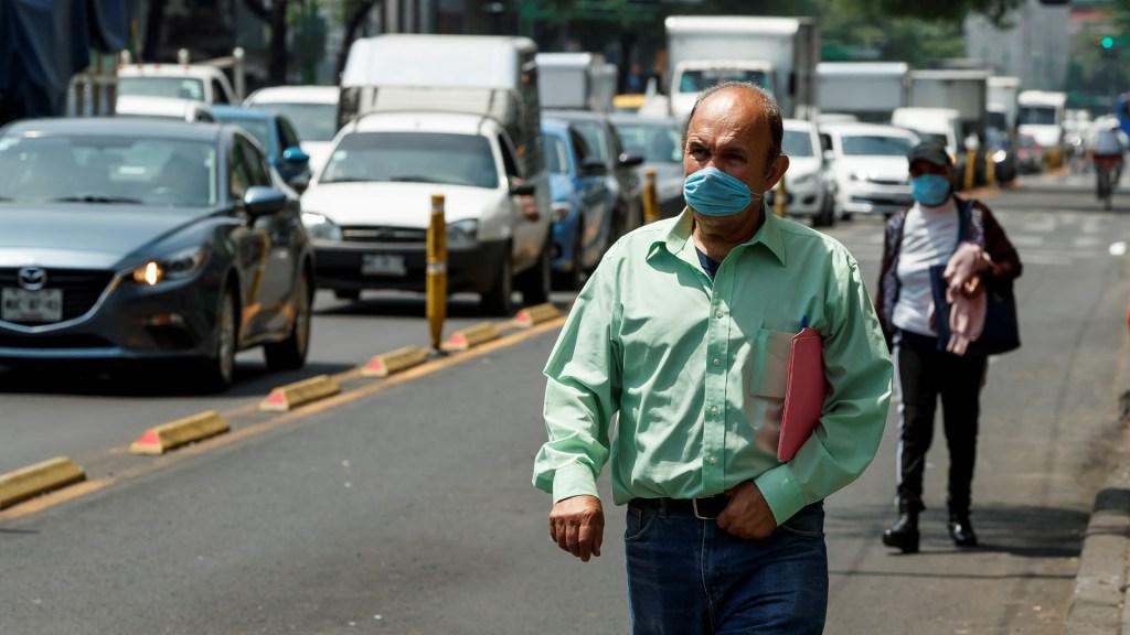 Concamin afirma ser indispensable para la reactivación económica de México - Personas usan tapabocas en la Ciudad de México. Foto de EFE