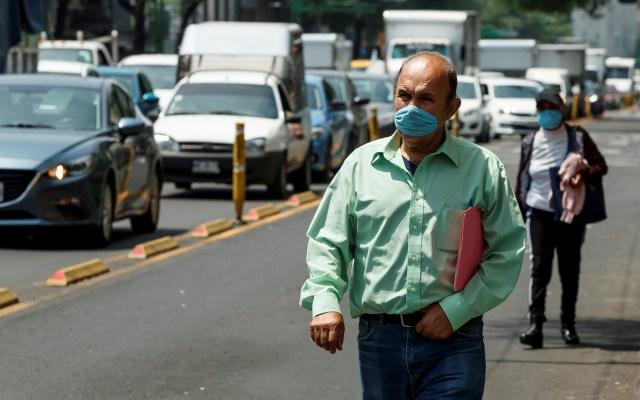 Hacienda prevé reactivación económica en cuanto se contenga la pandemia - Personas usan tapabocas en la Ciudad de México. Foto de EFE