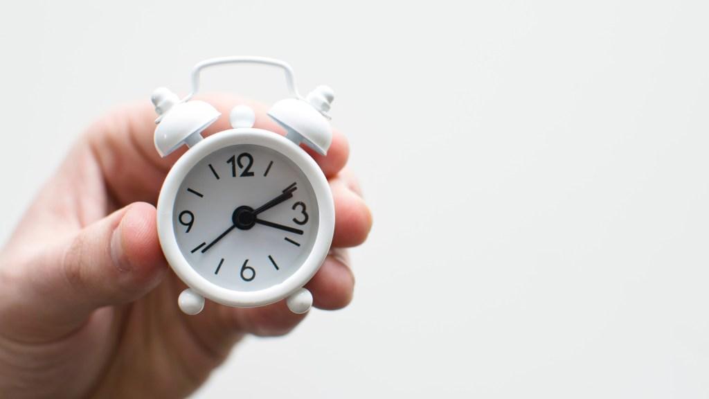Concluirá Horario de Verano; reloj se deberá atrasar una hora - Reloj analógico. Foto de Lukas Blazek / Unsplash
