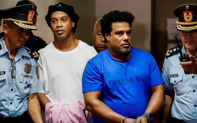 Ronaldinho y su hermano salen de la cárcel tras pagar fianza millonaria - Un juez concedió este martes el arresto domiciliario para el exfutbolista brasileño Ronaldinho Gaúcho y para su hermano, tras el pago de una fianza conjunta de 1.6 millones de dólares