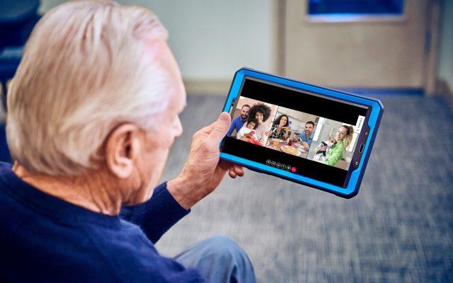 Adultos mayores con alzheimer recurren a mascotas robóticas y tablets por cuarentena en Florida - Foto de EFE