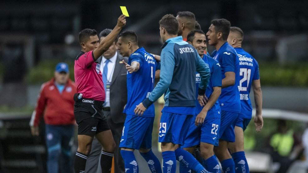 FIFA amonestaría a jugadores que escupan durante partidos - Tarjeta Amarilla a Cruz Azul en partido contra el América, durante el Clausura 2020. Foto de Mexsport