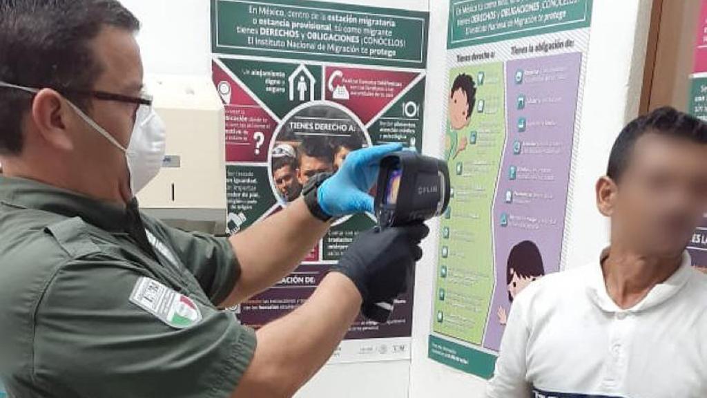 Tamaulipas reporta 16 migrantes deportados de EE.UU. con coronavirus - Toma de temperatura a indocumentados en estación migratoria de Tamaulipas. Foto de @INAMI_mx