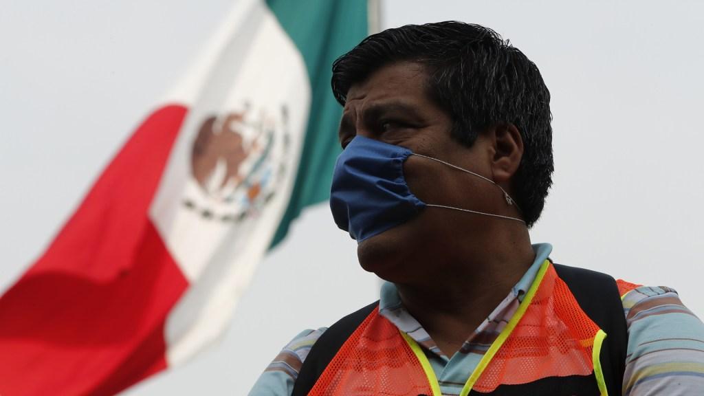 FAO entrega recomendaciones a México para enfrentar crisis por COVID-19 - Trabajador de la construcción con cubrebocas en la explanada del Zócalo de la CDMX. Foto de EFE