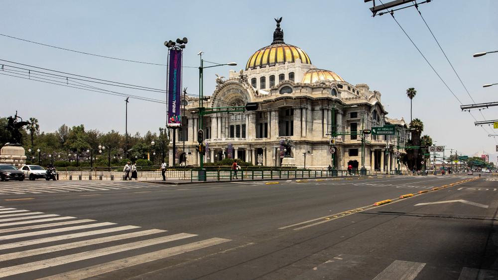 Rodean vallas a Palacio Nacional y Bellas Artes como medida sanitaria - Bellas Artes