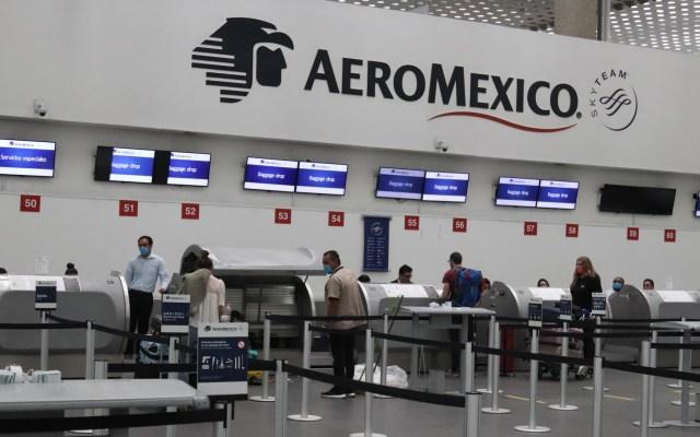 Despega último vuelo de Aeroméxico a Madrid de todo abril - Viajeros de Aeroméxico rumbo a Madrid. Foto de EFE