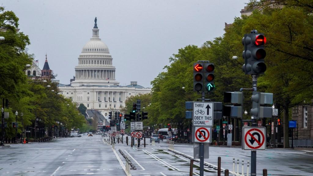 Trump está abierto a nuevo plan de estímulo, pero no al presentado por demócratas - Vista del Capitolio de Estados Unidos