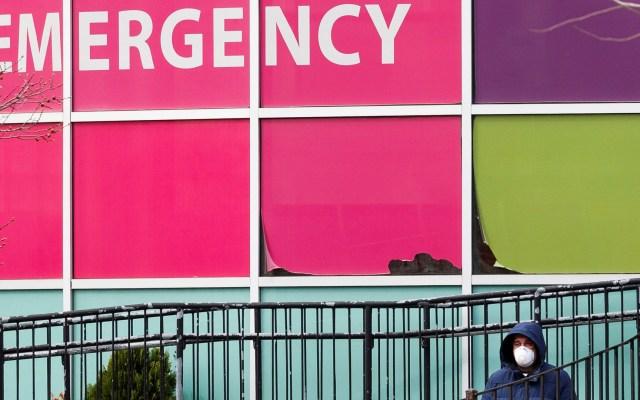 Nueva York iniciará programa para permitir visitas en hospitales - Vista externa del área de urgencias de un hospital en Queens, Nueva York. Foto de EFE
