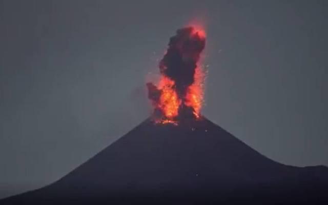 #Video Volcán Anak Krakatau hace erupción dos veces en Indonesia - El volcán indonesio Anak Krakatau (en español, hijo del Krakatoa) expulsó nubes de ceniza y humo a más de 500 metros de altura y magma por sus laderas