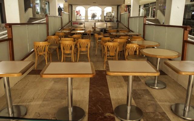Comisión de Hacienda del Senado pide proteger a empresas ante crisis por COVID-19 - Zona de comida de plaza comercial cerrada por emergencia sanitaria por COVID-19. Foto de Notimex