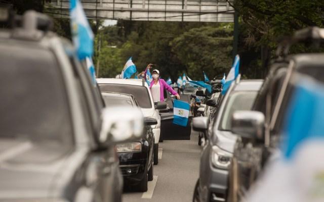 Cientos de guatemaltecos reclama en sus vehículos contra el confinamiento - Cientos de personas protestan desde sus vehículos para exigir el cese del confinamiento al Gobierno, en Ciudad de Guatemala. Foto de EFE/ Esteban Biba.