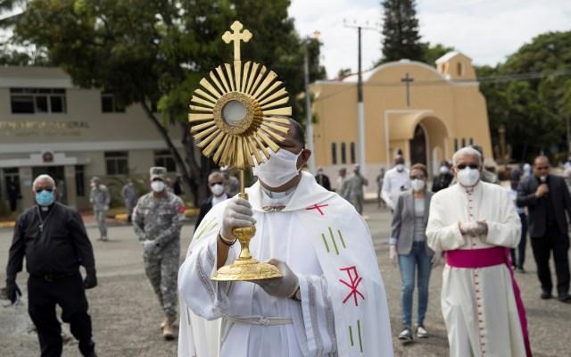 Papa Francisco homenajea a sacerdotes y médicos muertos por coronavirus - Con guantes de látex y cubrebocas, sacerdotes de República Dominicana sobrevolaron las calles de Santo Domingo con el Santísimo Sacramento. Foto de EFE