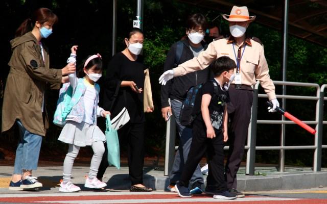 Alumnos de primaria dan positivo a COVID-19 en Corea del Sur - Personas con cubrebocas en calles de Corea del Sur. Foto de EFE / Archivo