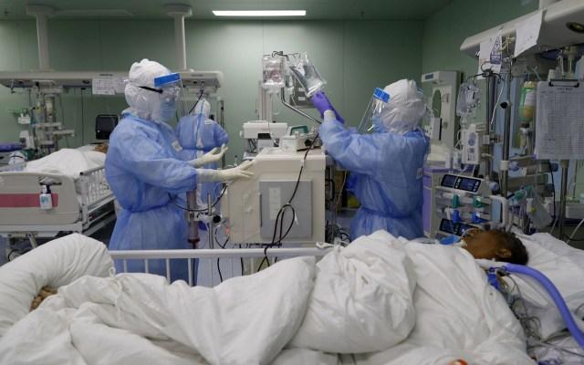 Wuhan reporta su primer caso de COVID-19 en un mes - Cuidado de paciente con COVID-19 en hospital de Wuhan, China