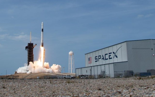 Rusia celebra lanzamiento de Crew Dragon - Despegue del cohete Falcon 9 con cápsula Crew Dragon. Foto de @NASA