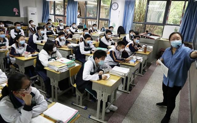 Estudiantes de secundaria regresan a clases en Wuhan - Estudiantes y profesores utilizan cubrebocas en Wuhan. Foto de VCG