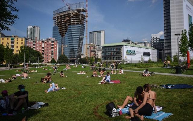 Italianos disfrutan de parques públicos tras desconfinamiento - La gente disfruta del césped del parque Biblioteca degli Alberi el primer domingo después de que se alivien las medidas de confinamiento por el COVID-19, en Milán, Italia. Foto de EFE