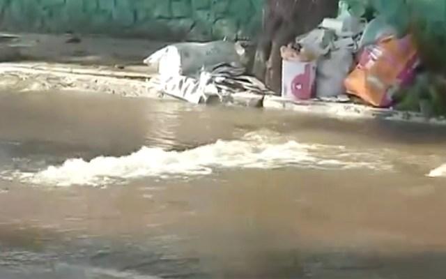 Fuga de agua en Iztacalco provoca hundimiento del pavimento - Fuga de agua en Iztacalco provoca hundimiento del pavimento