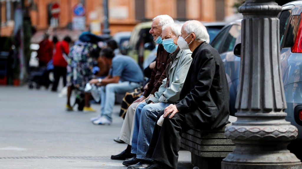 PIB de la OCDE cae un 1.8% en el primer trimestre del año - Habitantes de Italia en las calles de Roma durante relajamiento de medidas de confinamiento. Foto de EFE