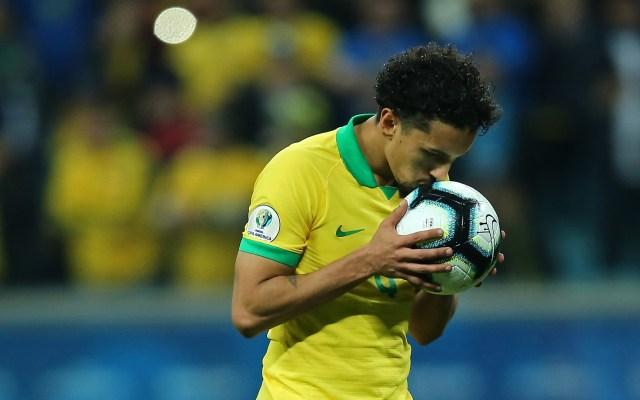 Conmebol prohíbe besar el balón para prevenir COVID-19 - Jugador de Brasil besa el balón durante partido de la Copa América de la Conmebol en 2019. Foto de Mexsport / Archivo