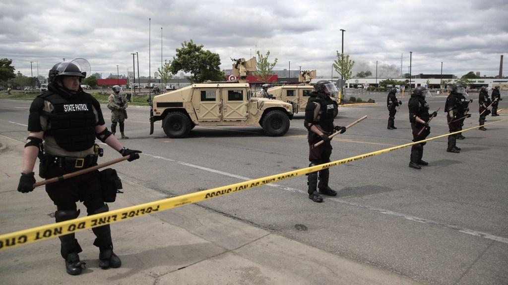 Imponen toque de queda en Minneapolis ante protestas - La Guardia Nacional de EE.UU. fue desplegada en Minneapolis para controlar las protestas. Foto de EFE