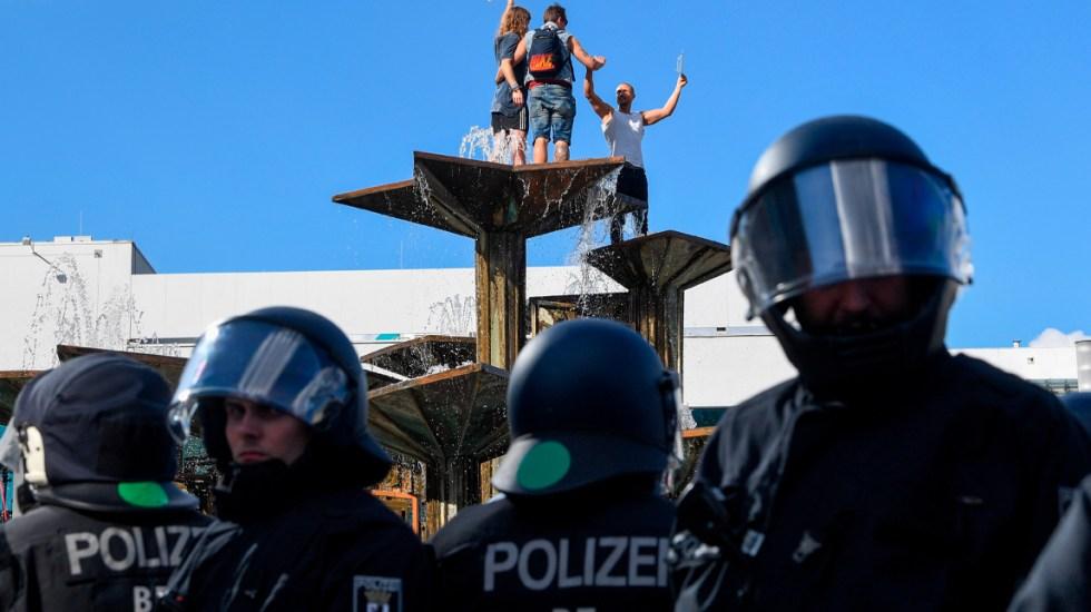 Protestas en Alemania contra medidas restrictivas por COVID-19 - Varios centenares de personas en Alemania desafiaronla prohibición de protestas con más de cincuenta personas como medida para contener la propagación del coronavirus