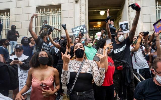 """El grito de """"no puedo respirar"""" llega a la Casa Blanca - Manifestantes contra la muerte de George Floyd en inmediaciones de la Casa Blanca. Foto de EFE"""