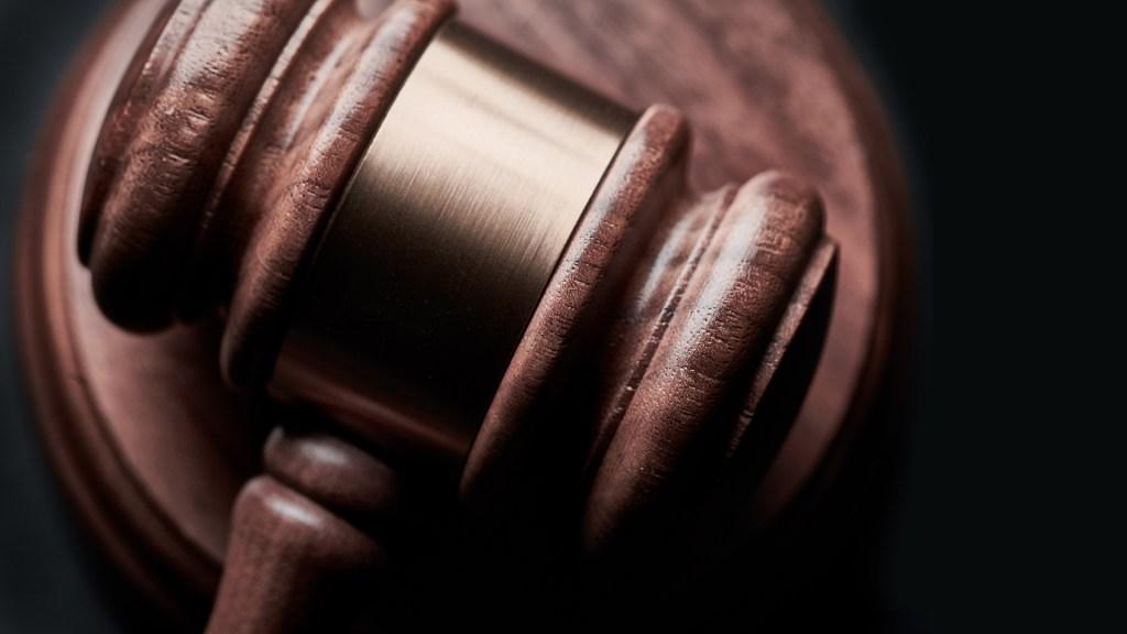 Propone Morena elevar a rango constitucional justicia digital - Mazo de juez. Foto de Bill Oxford / Unsplash