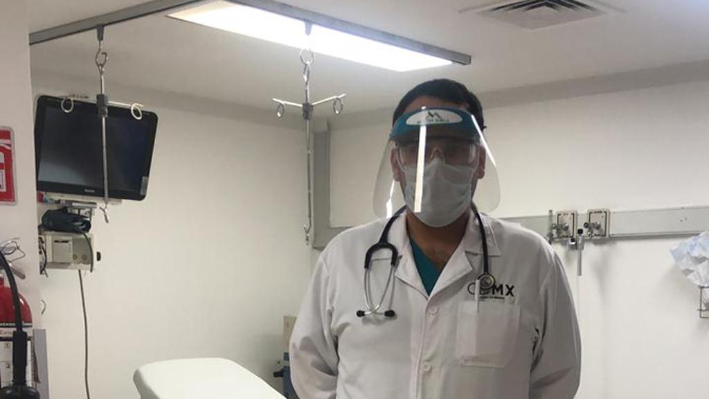Ciudad de México sumará cuatro hospitales a la atención del COVID-19 - Médico con protección contra el COVID-19 en el Hospital Pediátrico Legaria. Foto de @SSaludCdMx