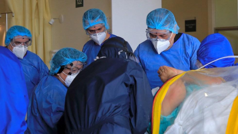 Ofrecerán seguro de vida a trabajadores de la Salud que enfrentan el COVID-19 - Médicos y enfermeros atienden a pacientes de COVID-19. Foto de Notimex