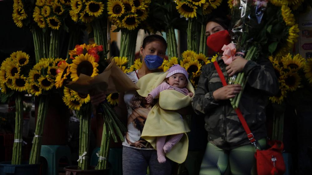 Celebrar a mamá este 10 de mayo con sana distancia, pide López Obrador - Foto de Notimex