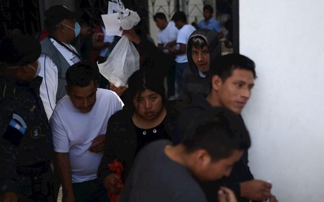 Guatemala detecta tres migrantes con COVID-19 deportados de Estados Unidos - Migrantes deportados por Estados Unidos. Foto de EFE/Edwin Bercián/Archivo