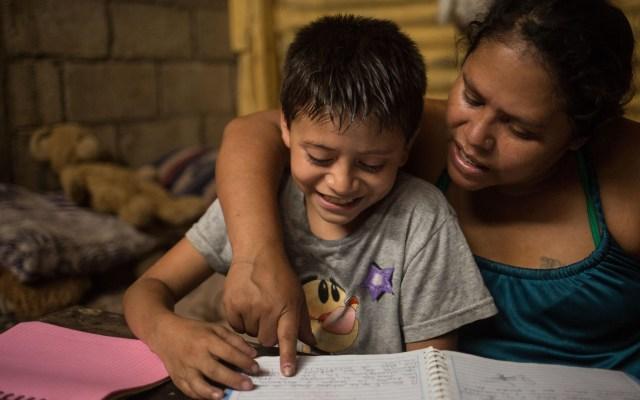 Bachelet llama a 'repensar' el rol del Estado en la economía del bienestar - Viviana González, de 38 años, y su hijo, Ismael Estuardo, de 10 años, beneficiarios del proyecto educativo Los Patojos de Guatemala, que les brinda materiales para que estudien en casa y reciban ayuda alimentaria por la crisis económica que les afecta ante la pandemia. Foto de EFE