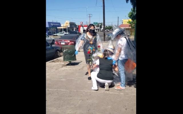 #Video Niñas se cubren con plástico para visitar a su madre enfermera - Niños cubiertos plástico mamá Enfermera hospital