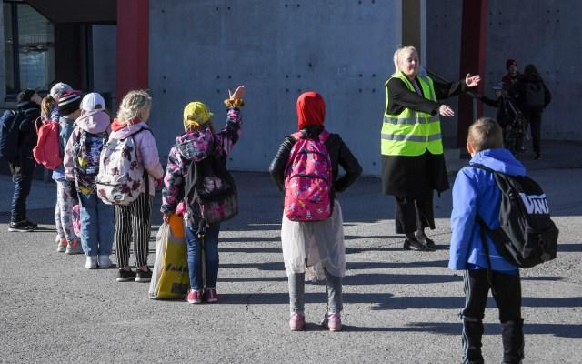Finlandia reabre escuelas; afirma que la pandemia está controlada - Niños toman sana distancia para ingresar a la Primaria, en Finlandia. Foto de EFE