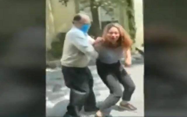 Edomex ofrece ayuda legal y psicológica a esposa de notario agredida - Notario agrediendo a su esposa en el Edomex. Captura de pantalla