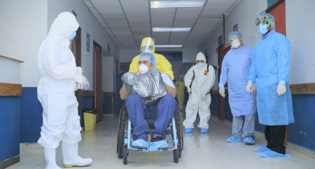 Bukele advierte que sistema de salud de El Salvador se acerca al 'colapso' - Paciente recuperado de COVID-19 sale del Hospital San Rafael de El Salvador. Foto de @SaludSV