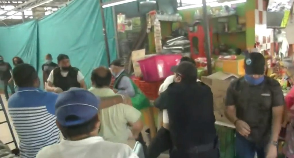 #Video Pelean locatarios en reapertura de mercado Martínez de la Torre - Pelea entre locatarios del mercado Martínez de la Torre. Captura de pantalla / Foro Tv