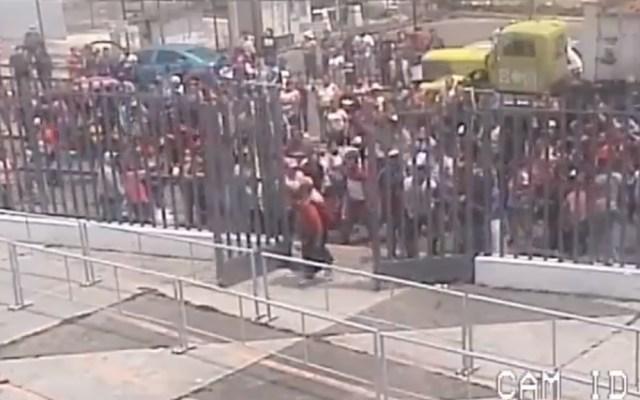#Video Familiares intentan ingresar a penal de Chalco tras riña - Familiares de presos del penal de Chalco intentaron entrar por la fuerza al centro penitenciario luego de que se diera a conocer que hubo una riña. Captura de pantalla