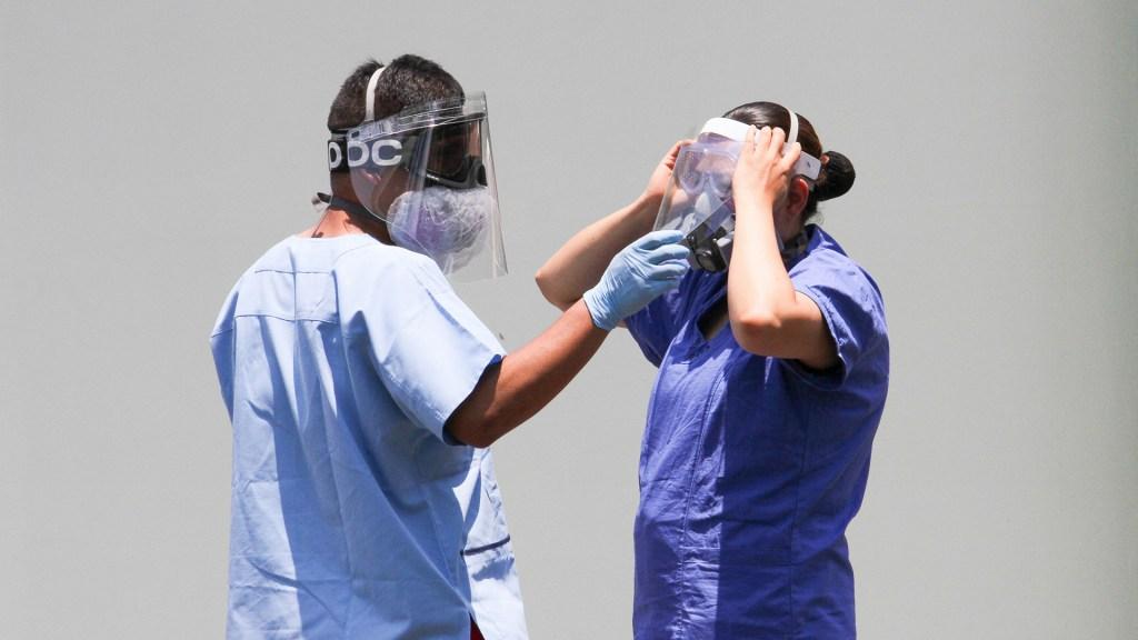 Aumentará descanso de personal sanitario en hospitales COVID-19 de la Ciudad de México - Personal de salud en la Ciudad de México protegiéndose con equipo contra COVID-19. Foto de Notimex
