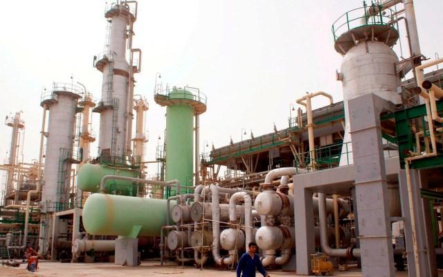 Arabia Saudita reducirá adicionalmente 1 millón de barriles diarios de petróleo - En la imagen, una refinería de petróleo. Foto de EFE/Haider al-Assadee/Archivo.