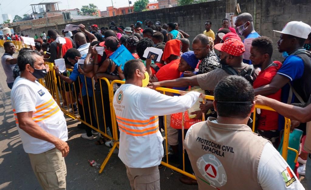Migrantes se aglomeran en el frontera sur de México para hacer trámites - Foto de EFE