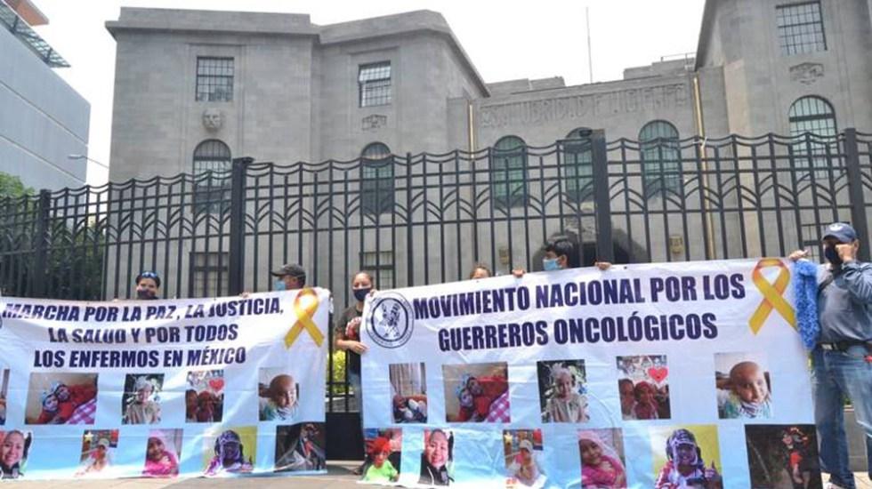 Denuncian padres de niños con cáncer promesas incumplidas contra desabasto de medicamentos - Protesta de padres de niños con cáncer por falta de medicamentos oncológicos. Foto de El Sol de México