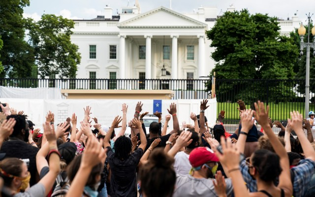 Protestan contra muerte de George Floyd en la Casa Blanca - Protesta por muerte de George Floyd frente a la Casa Blanca. Foto de EFE