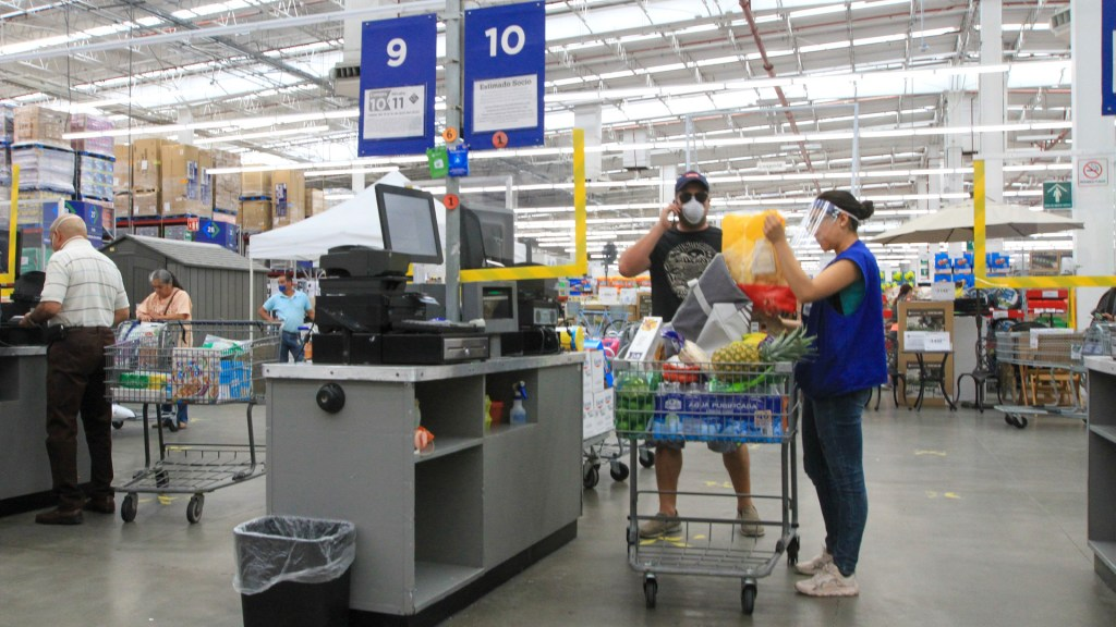 Confianza del consumidor aumenta 0.5 puntos; suma tres meses con repunte y llega a su mejor nivel desde marzo - Filas en supermercados, con poca afluencia de clientes en la Ciudad de México. Foto de Notimex-Javier Lira.