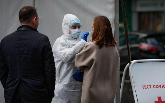 Rusia anuncia primer antiviral efectivo para tratar el COVID-19 - Toma de muestra para prueba de coronavirus en Rusia. Foto de EFE