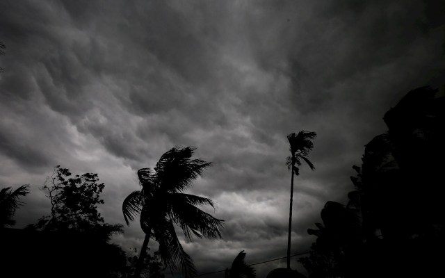 Tormenta en Calcuta - Nubes densas avecinan una tormenta este domingo en Calcuta, India. Foto de EFE/Piyal Adhikary.