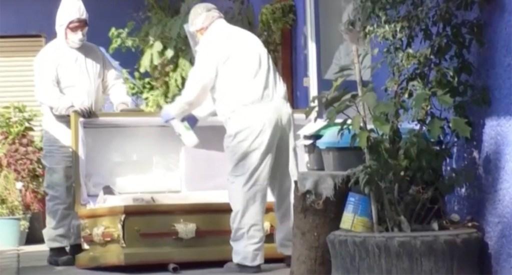 Cifras de muertos en México por COVID-19 probablemente sean mucho más altas: Al Jazeera - Trabajadores desinfectan ataúd en crematorio