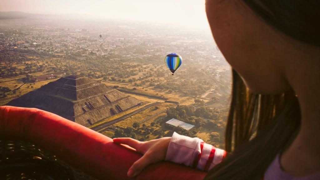 Sector turístico de México se recuperará hasta 2023, asegura Miguel Torruco - Vuelo en globo aerostático en Teotihuacan. Foto de Jeison Higuita / Unsplash
